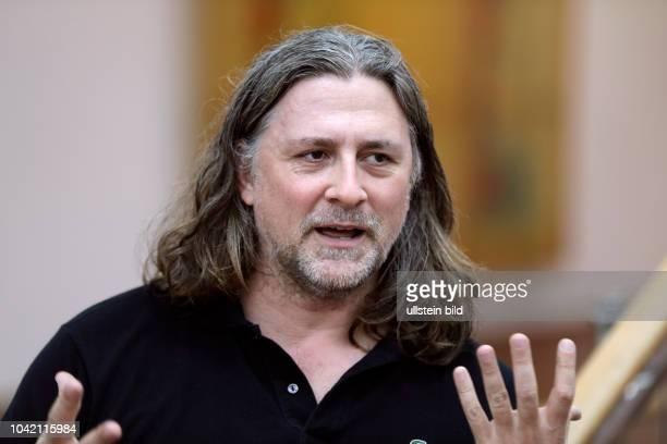"""Wade Guyton eröffnet mit einer großformatigen Wandarbeit die Projektreihe """"Schultze Projects"""". Der Name der Reihe bezieht sich auf Bernard Schultze..."""