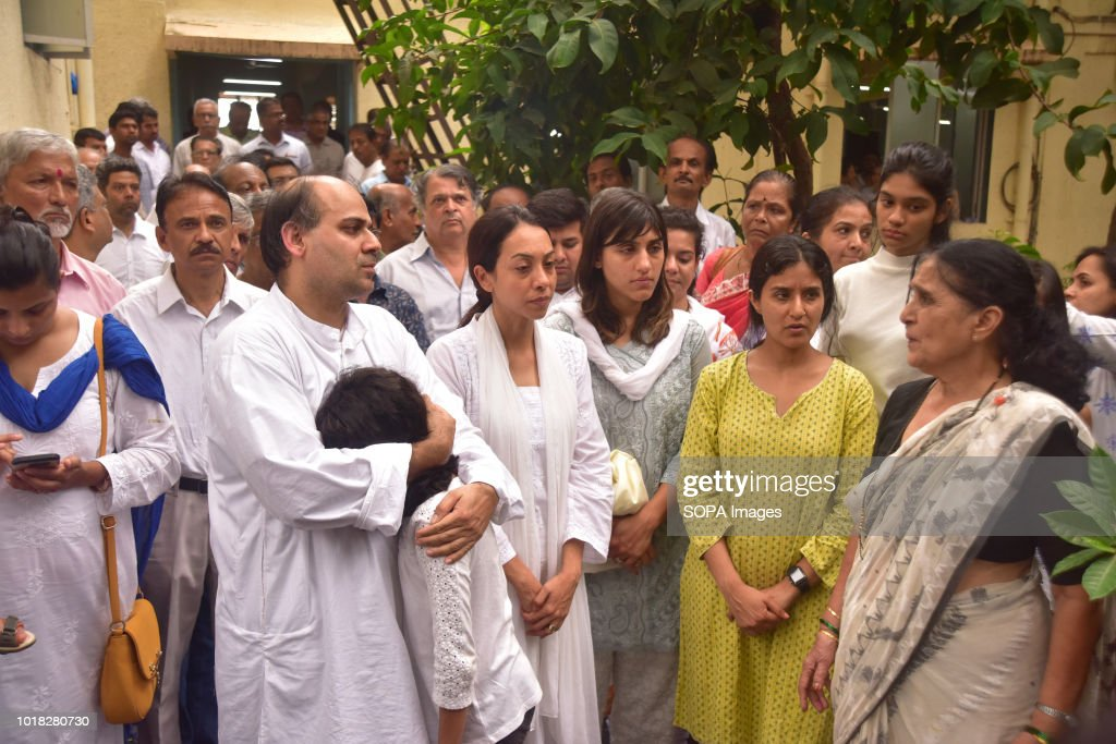 DADAR MUMBAI MAHARASTRA INDIA Wadekar Family members along with wife Rekha before Cremation at Shivaji park crematorium Ajit Wadekat former Captain...