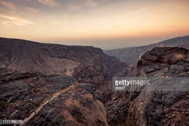 wadi ghul canyon, sultanat des oman - flussbett stock-fotos und bilder
