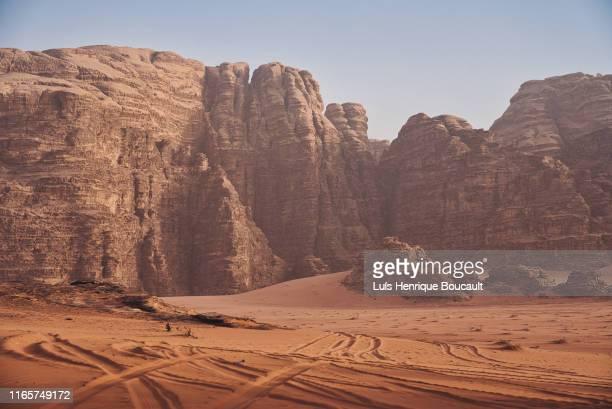 wadi rum and truck trails - leste imagens e fotografias de stock