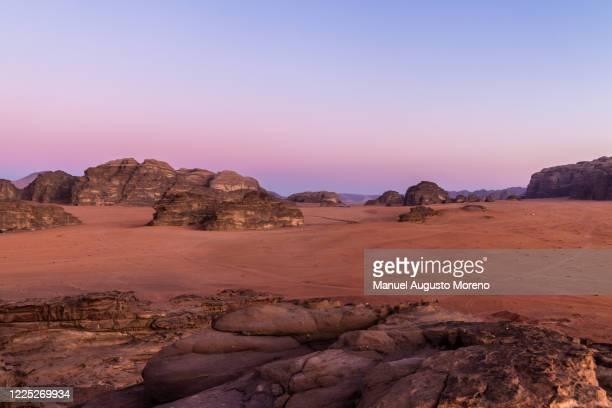 wadi rum desert hills during sunset, jordan - paisajes de jordania fotografías e imágenes de stock