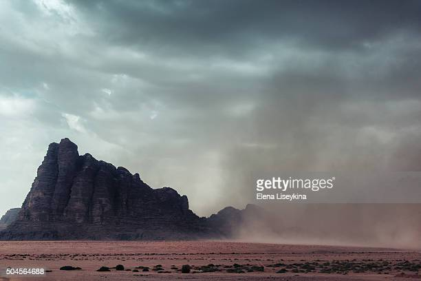 wadi rum desert - paisajes de jordania fotografías e imágenes de stock