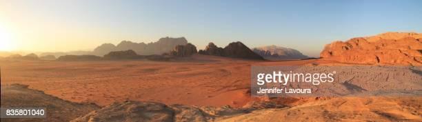 wadi rum desert sunset - paisajes de jordania fotografías e imágenes de stock