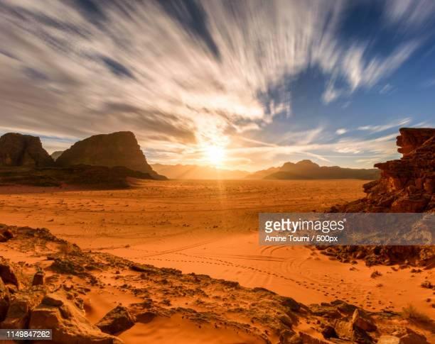 wadi rum, jordan - paisajes de jordania fotografías e imágenes de stock