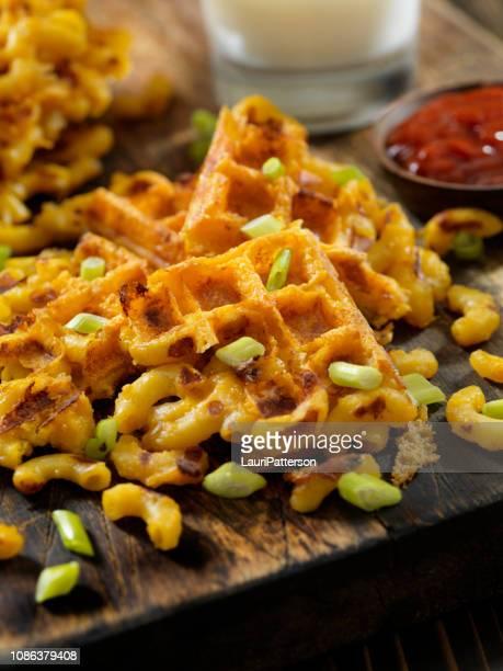 wafelmotief mac en kaas - hartig voedsel stockfoto's en -beelden