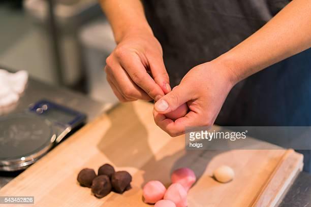 和菓子工場で 京都,japan - 和菓子 ストックフォトと画像