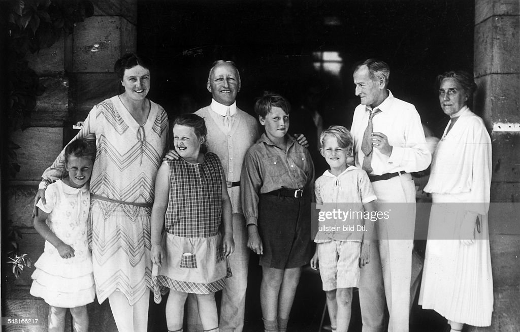 Wagner, Siegfried *06.06.1869-+ Composer, conductor, Germany Wagner with family and Music Director Karl Muck at Villa Wahnfried in Bayreuth; from the left: Friedelind, Winifred, Verena, Siegfried, Wieland, and Wolfgang Wagner, Karl Muck and Siegfried Wagner's stepsister Daniela Thode - around 1930 - Photographer: Philipp Kester - Vintage property of ullstein bild