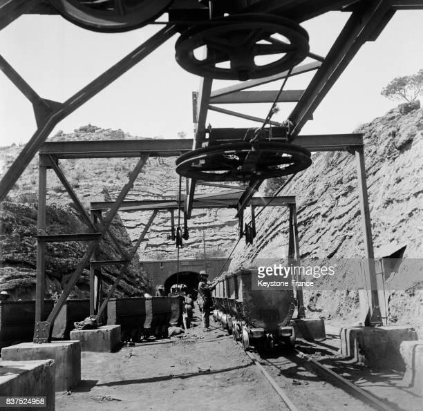 Wagonnets remplis du minerai à la mine de phosphates à El Kouif Algérie en 1946
