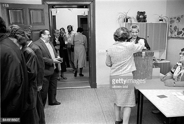 Wahl 1990 1 demokratische Wahl in der DDR Wahllokal in der Schule in der Ruppiner Strasse am Arkonaplatz Stimmabgabe an der Wahlurne