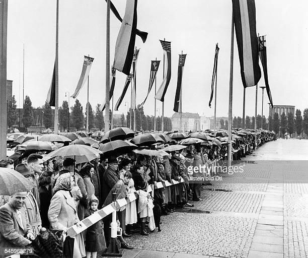 Wahl des Bundespräsidenten in derOstpreussenhalle am Berliner Funkturm:Zuschauer warten im strömenden Regenauf die Anfahrt des...