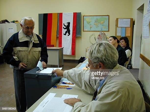 Wahl zum Abgeordnetenhaus in Berlin am : Wähler im Wahllokal .