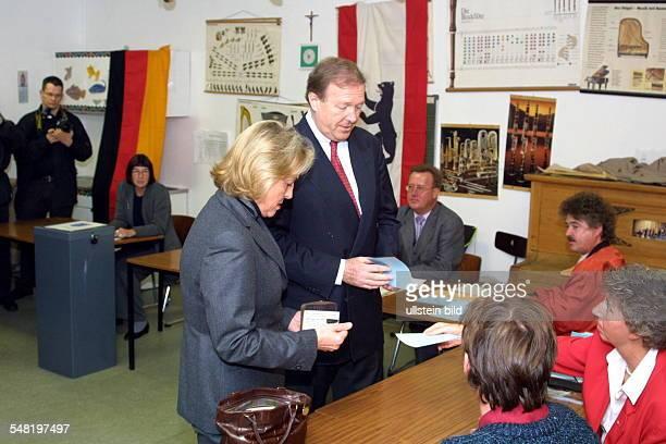 Wahlen zum Berliner Abgeordnetenhaus 2001 FDP Spitzenkandidat Günter Rexrodt und Ehefrau Ingrid im Wahllokal