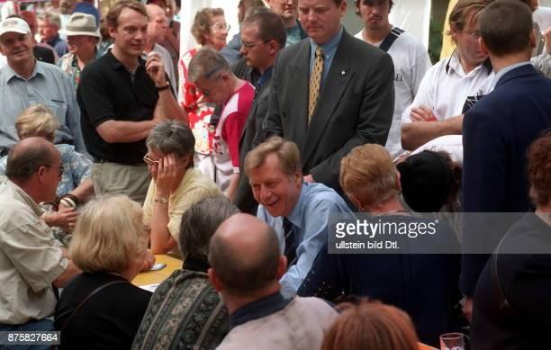 Wahlkampf Wahl zum Abgeordnetenhaus im CDU Spitzenkandidat Eberhard Diepgen Regierender Bürgermeister im Gespräch während des 'Aktionstages der CDU...