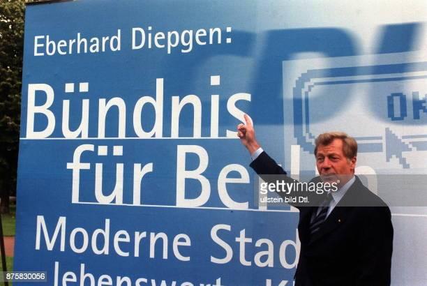 Wahlkampf Wahl zum Abgeordnetenhaus in Berlins Regierender Bürgermeister Eberhard Diepgen neben einem Grossflächen Wahlplakat der CDU mit dem Text...