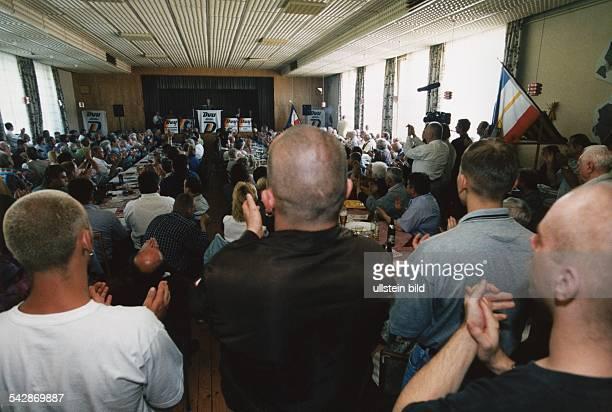 Wahlkampfveranstaltung 'Deutsche Volksunion' in einem Saal in MecklenburgVorpommern 2571998 Sympathisanten Anhänger und Mitglieder der...