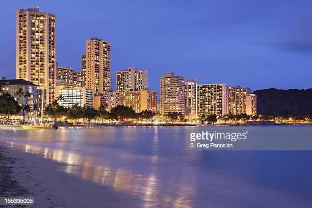 ワイキキの夜景 - ワイキキビーチ ストックフォトと画像