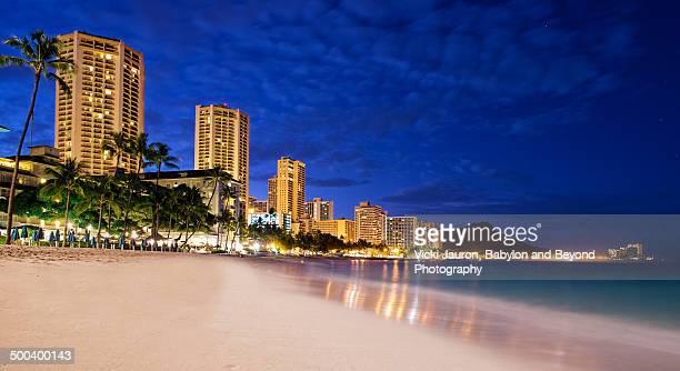 waikiki beach before dawn - ワイキキビーチ ストックフォトと画像