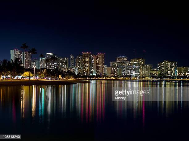 ワイキキ、ホノルル、ハワイの夜の街並み - ワイキキビーチ ストックフォトと画像