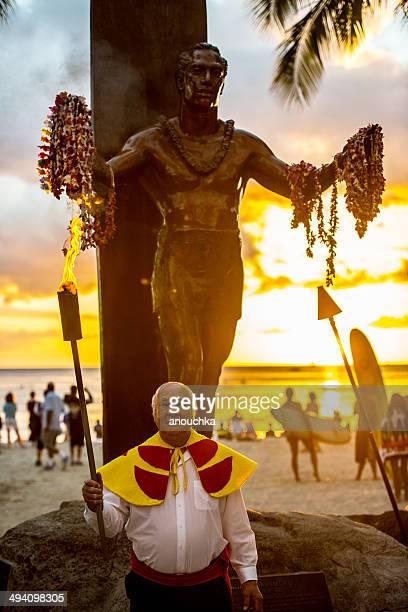 cerimônia de iluminação da tocha de waikiki, honolulu, havaí - duque - fotografias e filmes do acervo