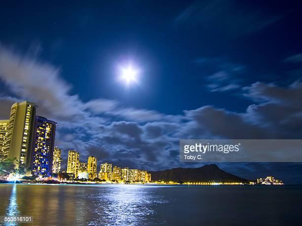 waikiki under a full moon - ワイキキビーチ ストックフォトと画像