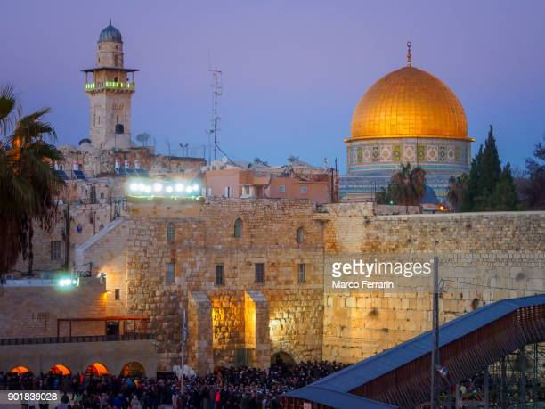 wailing wall and dome of the rock in the old city of jerusalem during blue hour in winter - dome of the rock stock pictures, royalty-free photos & images
