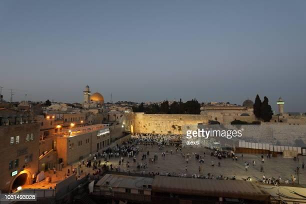 muro de los lamentos en el barrio judío en la ciudad vieja de jerusalén - ciudad vieja jerusalén fotografías e imágenes de stock