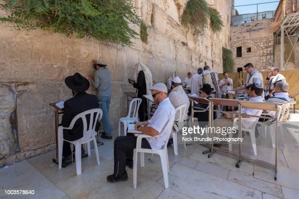wailing wall, jerusalem, israel - jewish prayer shawl fotografías e imágenes de stock