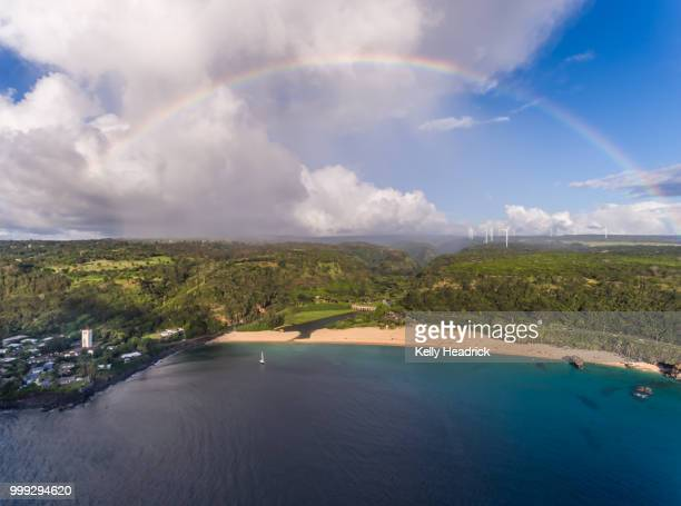 waimea bay from above with a rainbow - waimea bay - fotografias e filmes do acervo