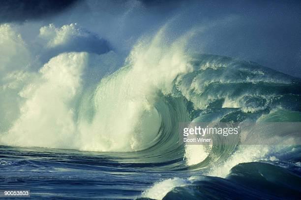 waimea bay shorebreak: north shore  oahu, hawaii - waimea bay - fotografias e filmes do acervo