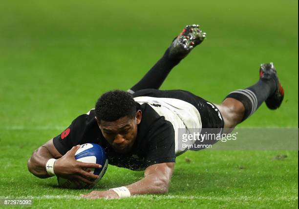 Waisake Naholo of New Zealand scores the final try during the Autumn International between France and New Zealand at the Stade de France on November...