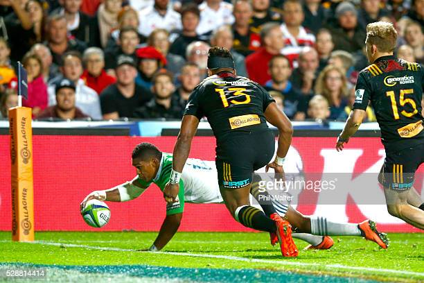 Waisake Naholo of the Highlanders scores a try during the round 11 Super Rugby match between the Chiefs and the Highlanders on May 7 2016 in Hamilton...