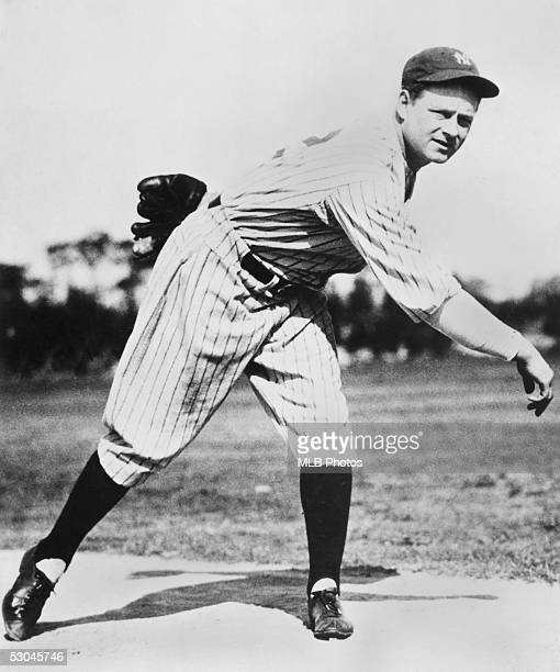 Waite Hoyt of the New York Yankees poses for an action portrait circa 1921-1930.