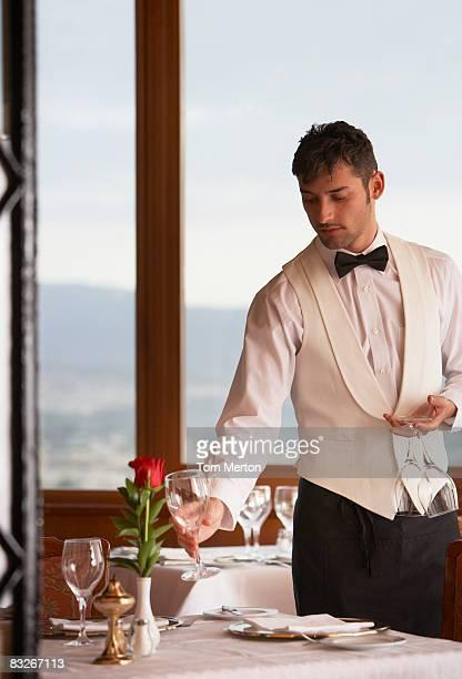Serveur organiser des lunettes dans l'élégant restaurant