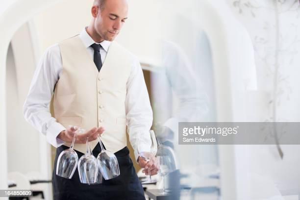 ウェイター通電ワイングラスのレストランで