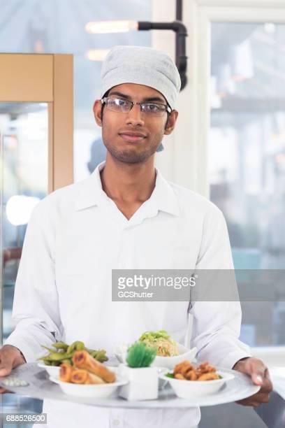 新鮮な食材の盛り合わせを保持ウェイター