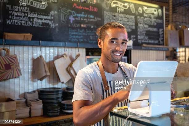 waiter placing an order on the computer at a restaurant - maori foto e immagini stock