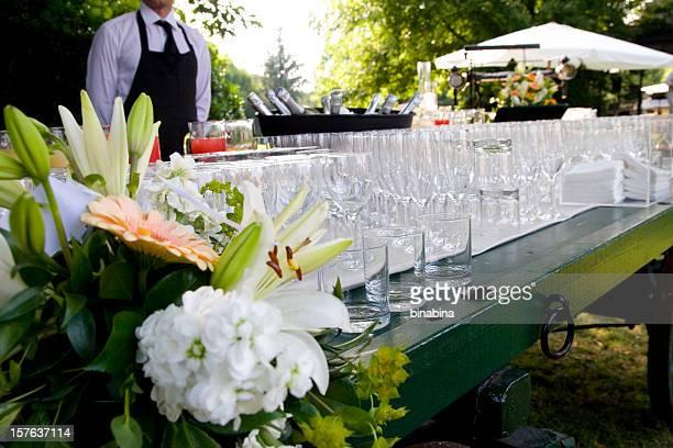 Kellner servieren eine Hochzeitsfeier