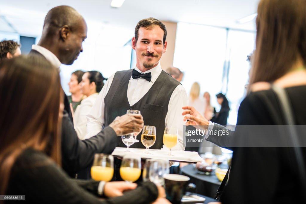 Kellner servieren von Getränken für Geschäftsleute : Stock-Foto