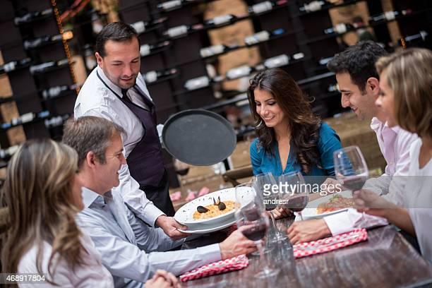 ウェイターレストランでのお料理をお出しする