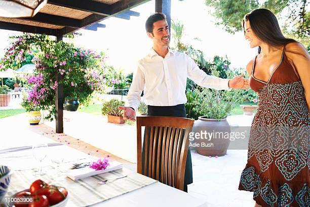 ウェイターを示す女性のディナーテーブル - 席 ストックフォトと画像