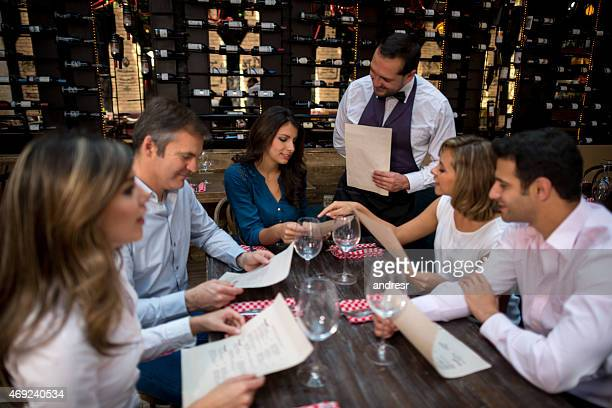 Kellner nehmen Bestellungen von Personen im restaurant