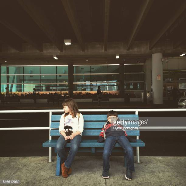 waiting at the airport - wachten stockfoto's en -beelden