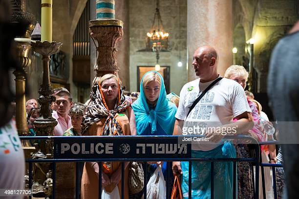 waiting at the tomb of jesus in jerusalem's holy sepulchre - happy easter in russian stock pictures, royalty-free photos & images