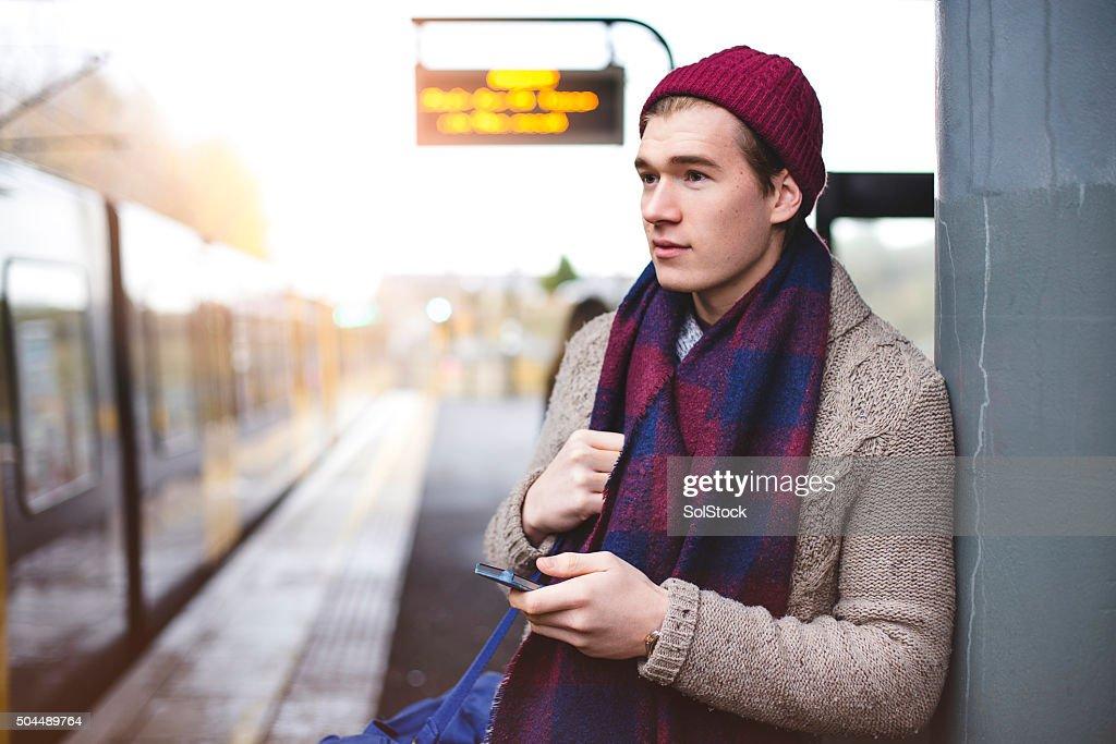 Warten am Bahnhof : Stock-Foto