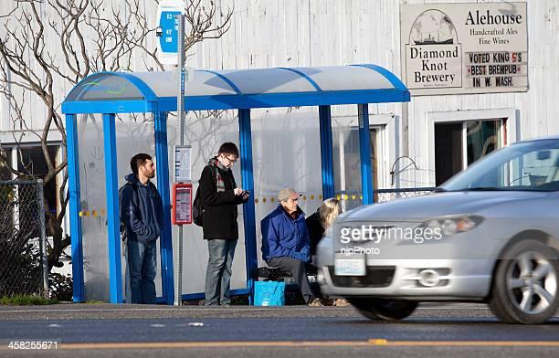 à espera de um autocarro - quebra ventos imagens e fotografias de stock