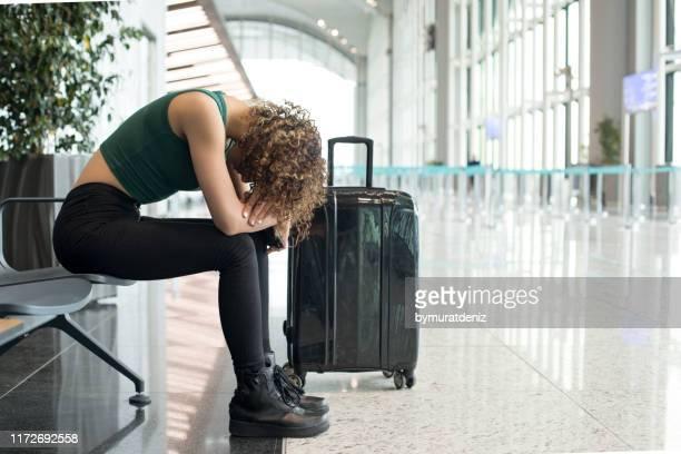空港でのフライトを待っています - 取り消し ストックフォトと画像