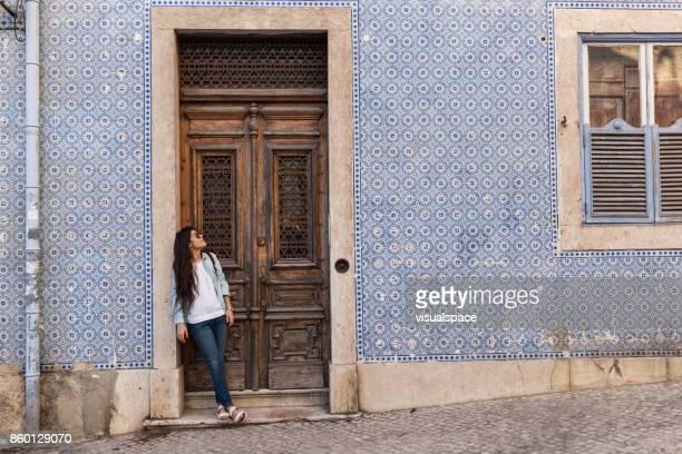 Attente d'un ami dans la vieille ville de Lisbonne