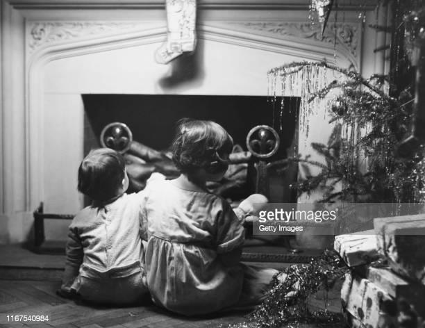 waiting for santa - noel noir et blanc photos et images de collection