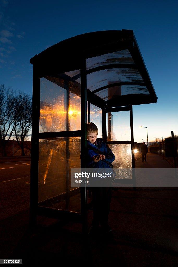 Warten auf den Bus : Stock-Foto