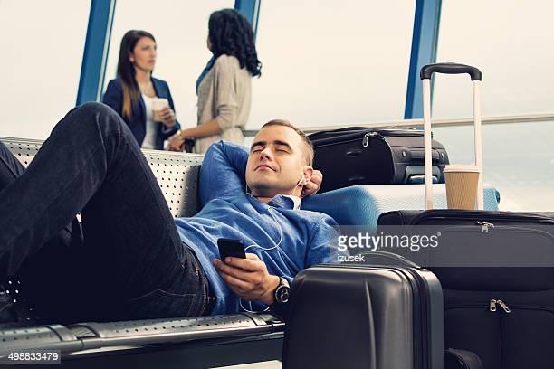 esperando el vuelo - izusek fotografías e imágenes de stock
